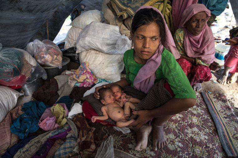 ► Een 23- jarige vrouw gevlucht naar Bangladesh met haar tweeling van vier dagen oud in een geïmproviseerde tent. 'De Rohingya voelen zich miskend.' Beeld Getty Images