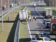 Vrachtwagen belandt op A50 bij Epe in middenberm