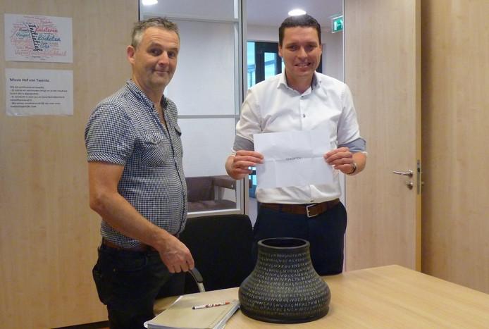 Ruut te Velthuis, directeur van De Reggehof en wethouder Wim Meulenkamp verrichten de loting.