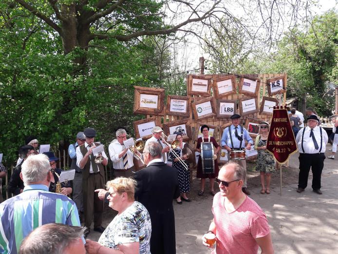 Fanfare De Maatschappije van 18.22 (tijdstip, niet jaartal) vermaakt de gasten van festival Fier!