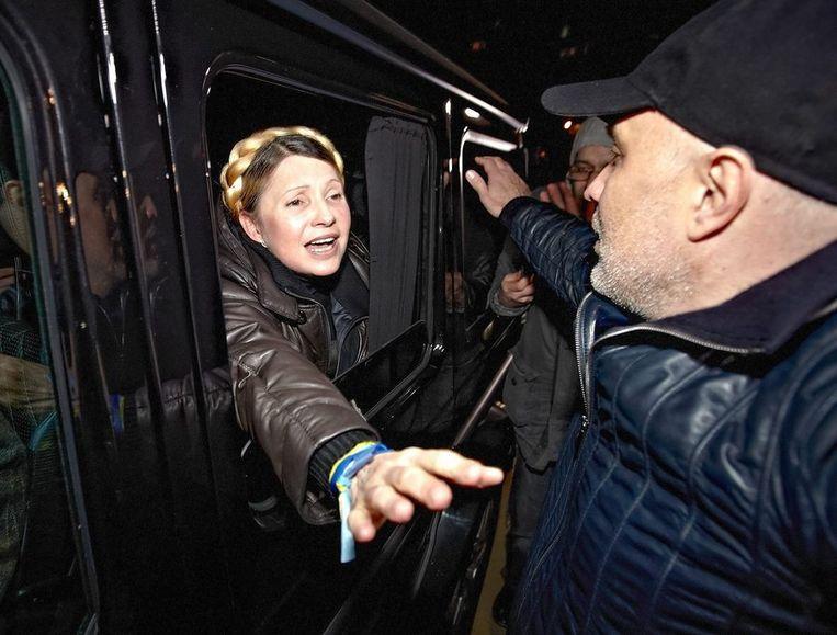 Timosjenko begroet betogers vanuit de auto. Beeld EPA