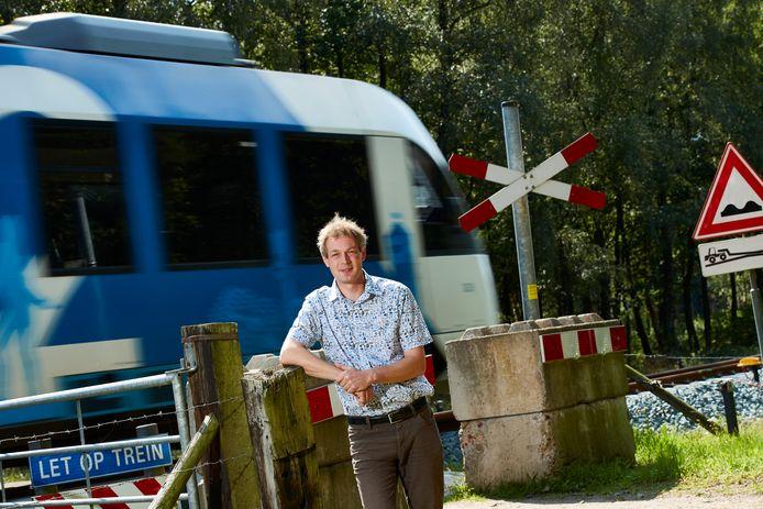 Reimer Rouwenhorst inwoner van Almen, is een expert op het gebied van wegenbouw, en maakt bezwaar tegen de tunnel onder de onbeveiligde spoorwegovergang. ,,Bezwaar tegen het ontwerp, niet tegen de tunnel zelf.''