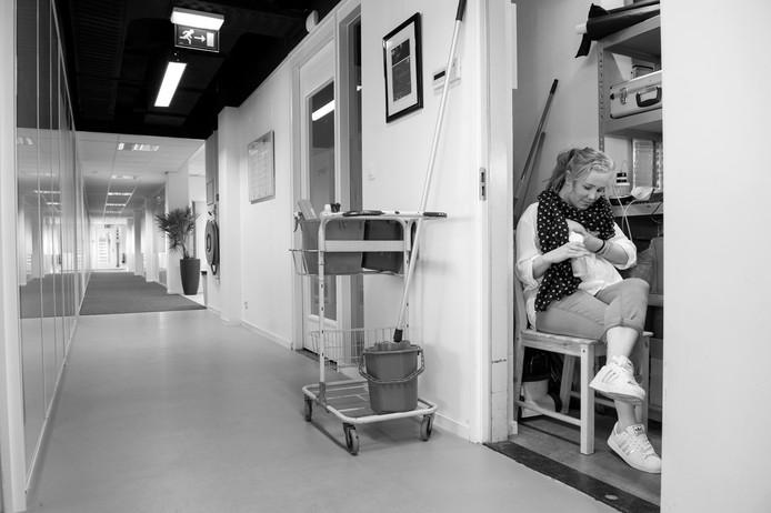 Josje, testmanager in Utrecht. Josje heeft 5 maanden in deze schoonmaakkast gekolfd, waar het stinkt naar schimmel en natte dweil. Het is zo klein dat ze eerst de schoonmaakkar uit de kast moet halen, voordat ze er een krukje in kan zetten om te kolven. Inmiddels kan ze gelukkig gebruikmaken van een leegstaande kamer in een aangrenzend gebouw. Maar ook daar is geen water, of koelkast.