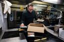 Manager Thierry Peeters maakt een nieuwe bestelling klaar voor levering.