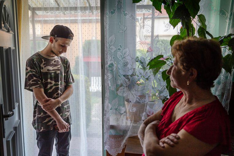 Oma Maria maakt zich zorgen over het vertrek van haar kleinkind. Ze wonen al een aantal jaar in hetzelfde huis.   Beeld null
