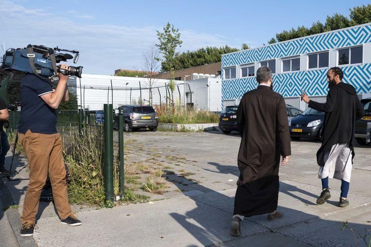 Op het Cornelius Haga Lyceum komen mensen aan voor een bijeenkomst over de perikelen rond de islamitische school, eerder dit jaar. Beeld ANP