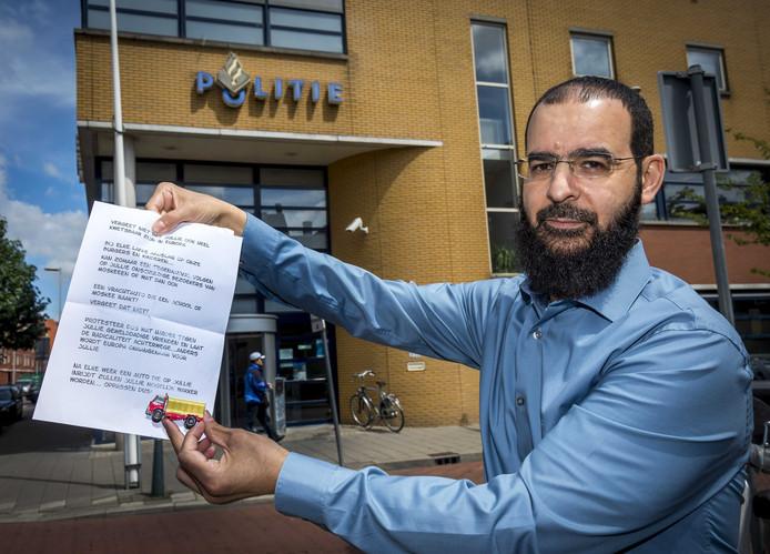 Bestuursvoorzitter Abdelhamid Taheri van de As-Soennahmoskee, hier vlak voordat hij aangifte gaat doen, toont de dreigbrief die bij de moskee werd bezorgd.