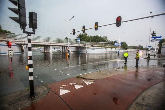 De Henri Dunant-tunnel is woensdagavond volledig onder water gelopen.