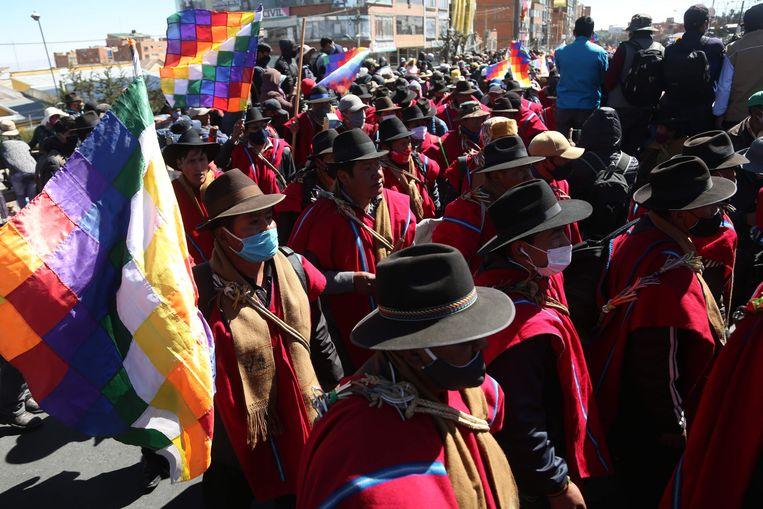 Aanhangers van Evo Morales houden een 'cabildo', een soort open vergadering, waarin ze het ontslag van de huidige president Jeanine Añez eisen.   Beeld AFP