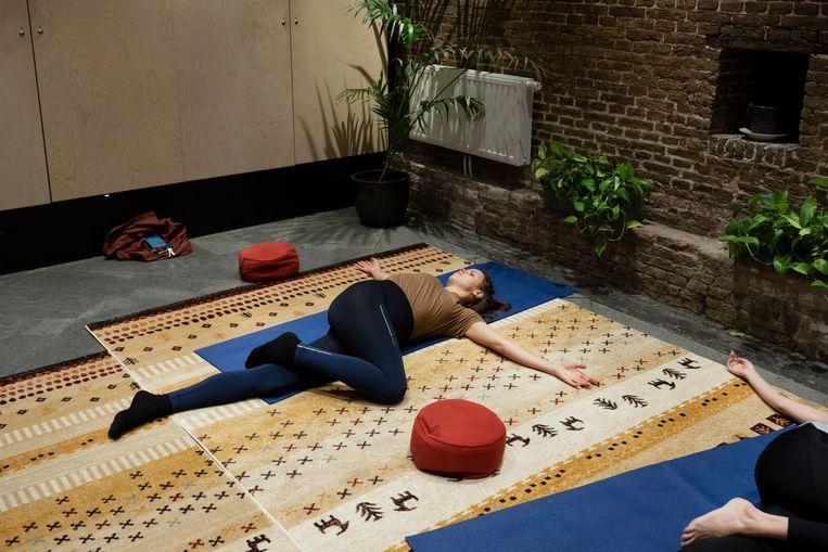 Gist in Amsterdam tijdens een christ centered yoga, geleid door Marcel Bot. Beeld Bram Petraeus