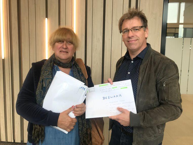 Ingrid Buys en Philippe De Bondt met de handtekeningen van de buurtbewoners in het nieuw administratief centrum.