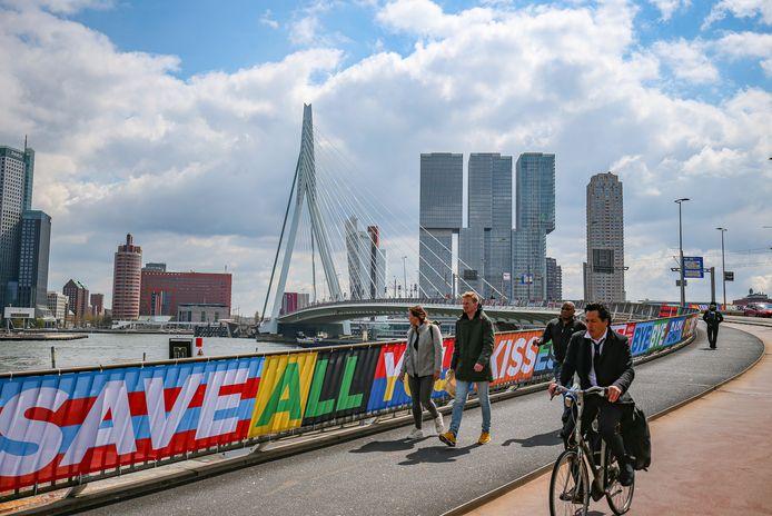 De Erasmusbrug is even een extra vlaggenparade in Rotterdam. Met titels van bekende festivalhits uit vervlogen tijden.