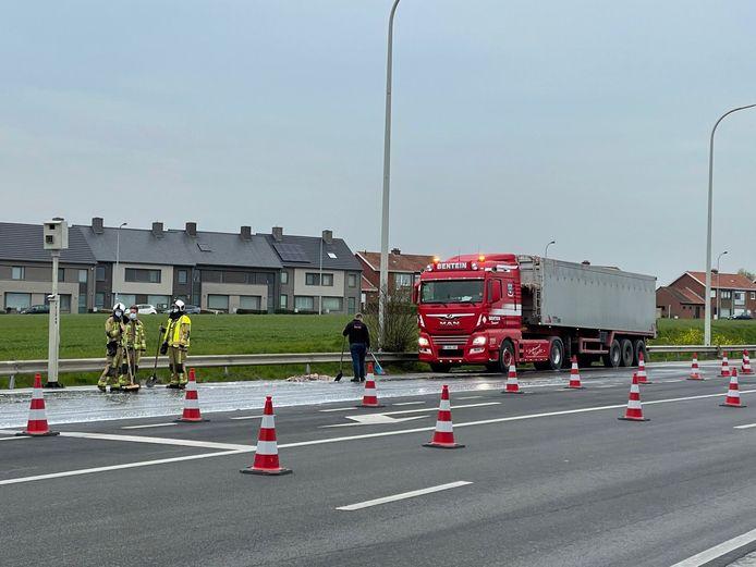 Om het slachtafval op de weg op te ruimen, bleef een deel van het kruispunt in Pittem voor het verkeer afgesloten.