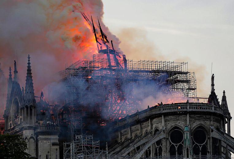 Al meteen na het uitbreken van de brand wees kathedralenkenner Ken Follett via Twitter op de gevaren van het brandende dak voor de constructie van het bouwwerk. Beeld EPA