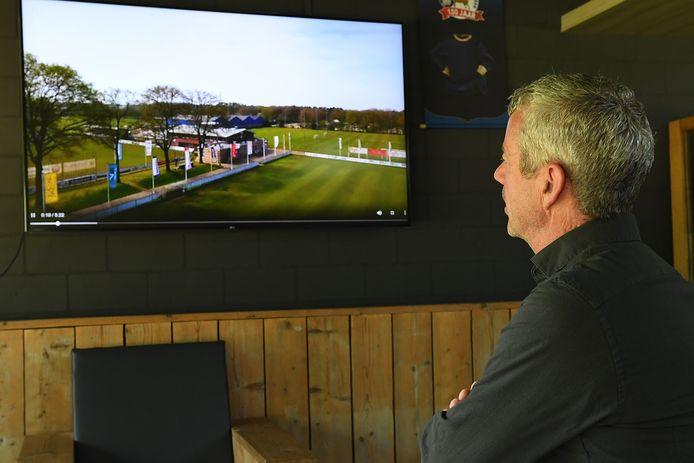 Voorzitter Fons Görts van Olympia bekijkt de beelden van zijn sportpark.