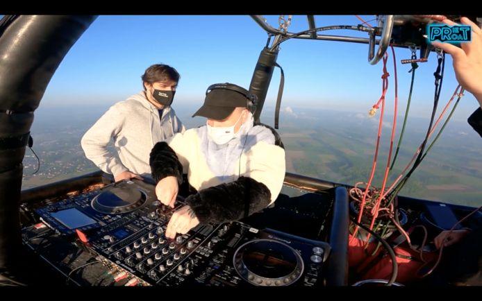 Sir Jacobs en DJ Eagle in hun privéclub, hoog boven de grond.