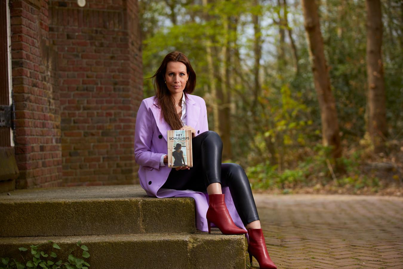 Rachel van Charante met haar debuutroman Het Schuilhuis. ,,In eerste instantie speelde het verhaal zich af in een fictief stadje. Maar als ik dan weer eens door Lochem wandelde, zag ik plekken en gebouwen waarvan ik dacht: die zouden prima in mijn verhaal passen. Uiteindelijk besloot ik Lochem als decor te nemen.''