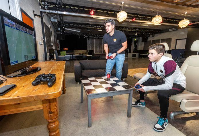 Jongerencentrum Pitstop in Eindhoven organiseert online game-avonden op de tijd dat de avondklok ingaat. Hier jongerenwerker Matheus Sales de Moura (links) die bijna elke keer wordt ingemaakt als hij Fifa speelt tegen Joas van 't Hoff.