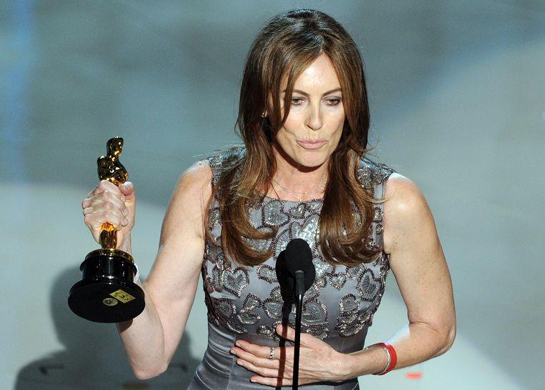 Kathryn Bigelow met haar Oscar voor Beste Regisseur voor 'The Hurt Locker' in 2010. Beeld AFP