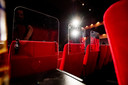 UDEN - Theater Markant is aangepast voor  de 1,5 meter-samenleving Met plexiglas en schotten tussen de stoelen.