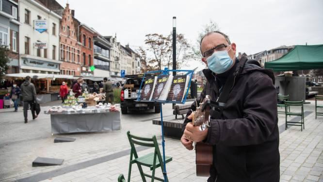 Raf Coppens promoot boek met oneliners tijdens marktdag