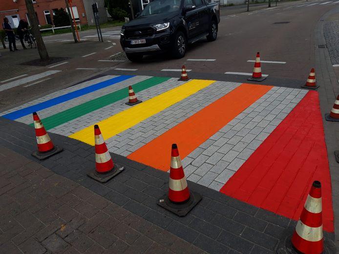 Het regenboogzebrapad werd deze week geschilderd.