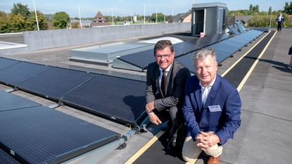 Minister Bart Tommelein huldigt uniek zonnepark in