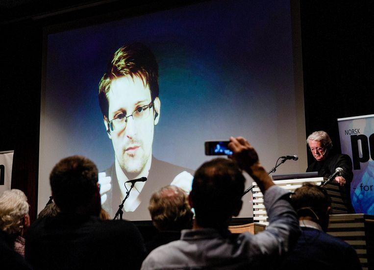 Edward Snowden laat zich interviewen door de Noorse tv met behulp van een straalverbinding met Moskou.  Beeld EPA