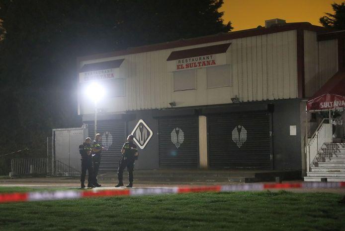 De politie doet onderzoek bij de beschoten Club Magnum in oktober vorig jaar.