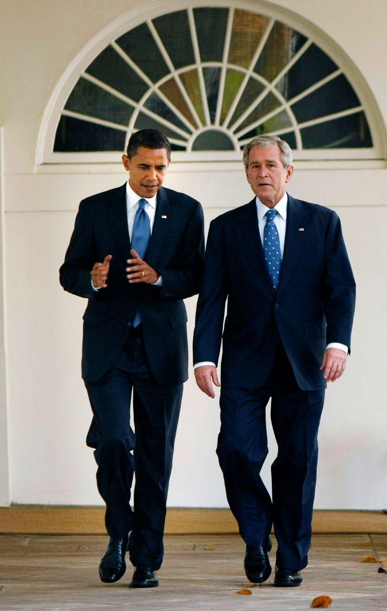 President George W. Bush loopt met de aanstaande president Obama bij het Witte Huis in 2008. Beeld AP