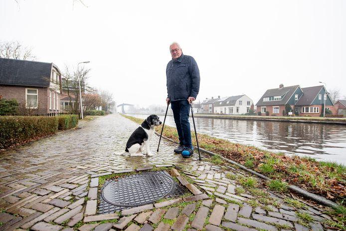 Hans Foekema is, door het slechte wegdek voor zijn deur in Vroomshoop, al twee keer gevallen toen hij de hond uitliet. De slechte staat van de weg komt mogelijk door de kanaalproblemen.