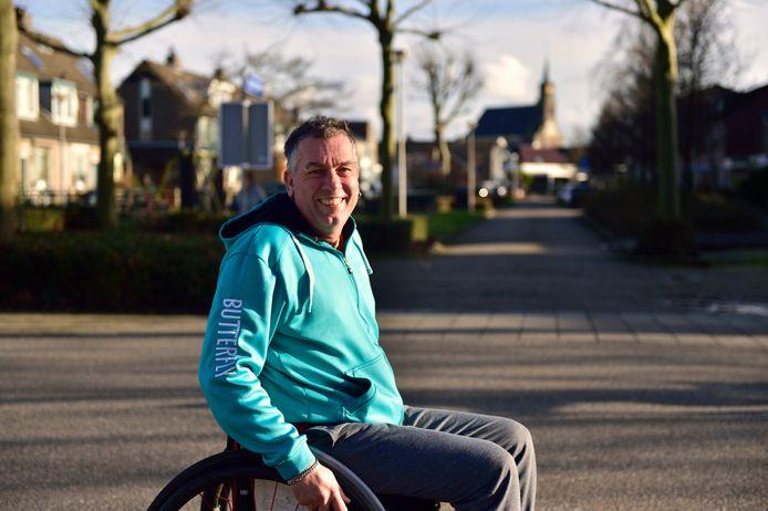Moerkapellenaar André de Knegt in zijn rolstoel.