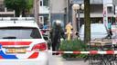 Iemand van de explosieven opruimingsdienst in het centrum van Almelo na de vondst van een verdacht pakketje.