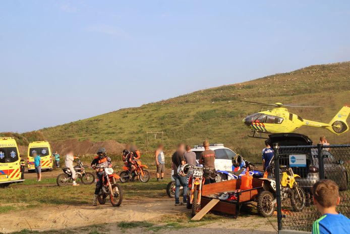 Rond 17.40 uur sloeg de motorcrosser over de kop op de crossbaan aan de Grote Bosweg in Barneveld. Hij raakte ernstig gewond.