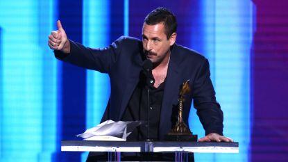 """Adam Sandler steekt de draak met de Oscars: """"Laat die sukkels maar hun prijzen winnen"""""""