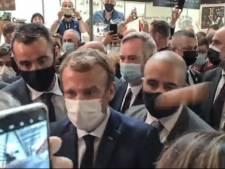 Franse president Macron bekogeld met ei: 'Laat hem dan komen'