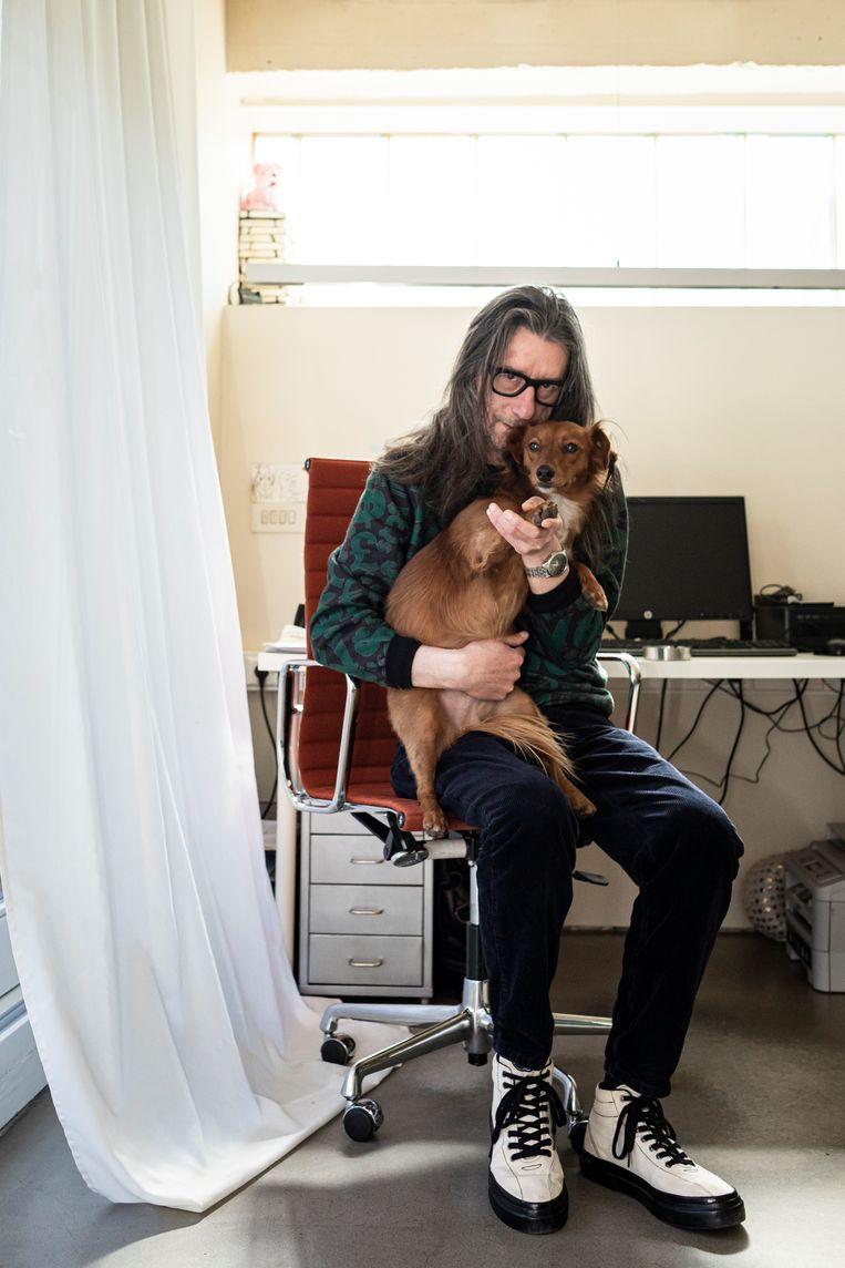 Herman Brusselmans en hond Aquí. Beeld Siska Vandecasteele