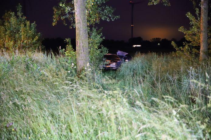 De auto is tientallen meters verderop in een weiland beland.
