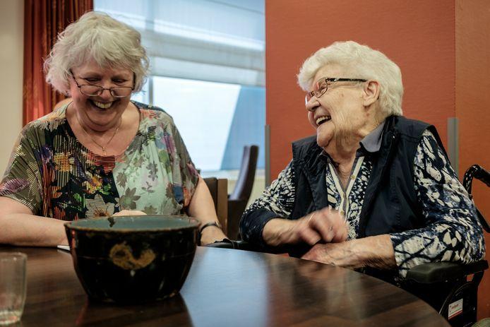 Jo de Louw (r) haalt samen met Marije Goris vrolijke herinneringen op.