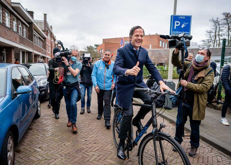 Premier Rutte op de fiets in Den Haag tijdens verkiezingsdag. Beeld ANP
