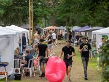 Ommer burgemeester op uitnodiging naar jongerencamping: niet voor geluidsoverlast, wél voor naleving coronaregels