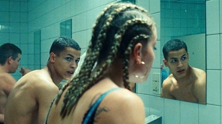 Opfrissen in de badkamer, en door. De drie jongeren in Paradise Drifters zetten alles op alles om te overleven. Beeld