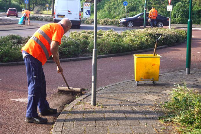 Gemeentemedewerkers maakten dinsdagmorgen de rotonde van de Westsingel en de Blauwe Reiger in Bunschoten schoon; de avond ervoor was die tijdens de viering van de Oranje-overwinning bezaaid met glas en andere rommel.