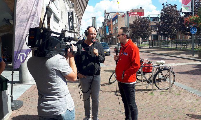 Radio 2 dj's Frank van 't Hof en Wouter van der Goes (links) collecteren vrijdag  in het centrum van Roosendaal voor KWF Kankerbestrijding