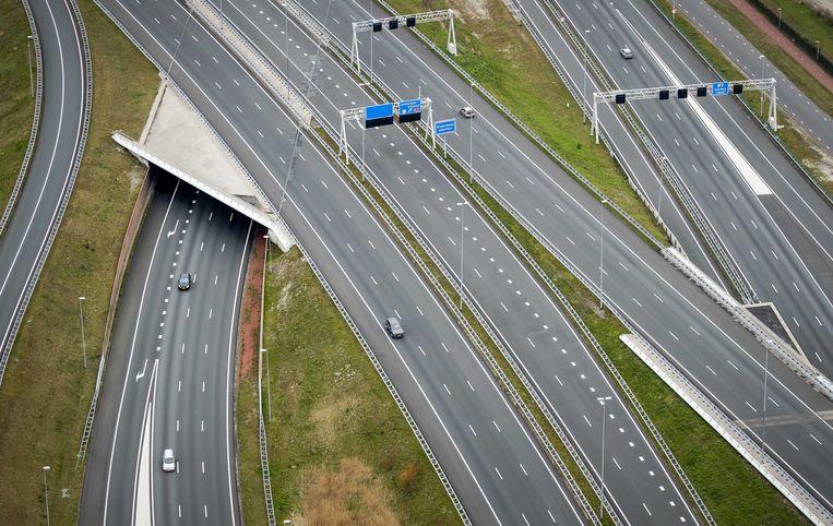 Luchtfoto van een ongewoon rustige snelweg A1 ter hoogte van Muiden. Beeld ROBIN VAN LONKHUIJSEN/ANP