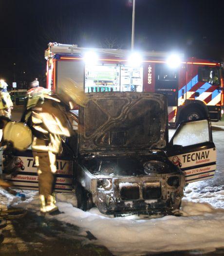 Wéér raak in Deventer: twee auto's gaan in vlammen op