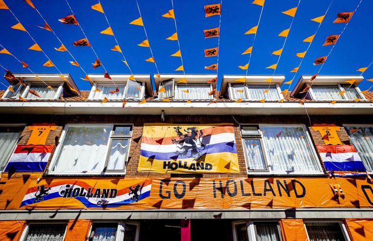 Het is even zoeken, maar ergens in Den Haag is de Oranjekoorts al wel tot grote hoogte gestegen. Beeld ANP