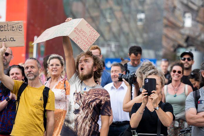 """Liefde, vrijheid en democratie."""" Een 250-tal demonstranten – opvallend veel Nederlanders in het bonte allegaartje - scandeerde de slogan zaterdagmiddag op het Mediaplein, waar DPG Media, de uitgever van onder meer Het Laatste Nieuws, is gelegen."""