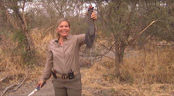 Susan LaPierre met de afgehakte staart van een olifant die ze net heeft doodgeschoten.