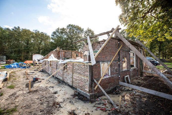 De verbouwing van de bouwval tot woonboerderij is in volle gang.